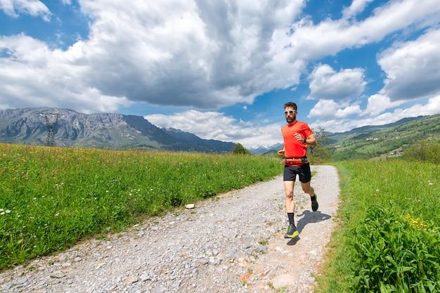 Ultra-biegacz lekkoatleta przygotowuje się na polnej drodze