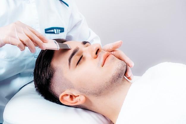 Ultradźwiękowe czyszczenie twarzy dla mężczyzn.