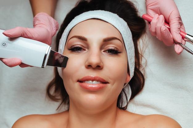 Ultradźwiękowe czyszczenie twarzy