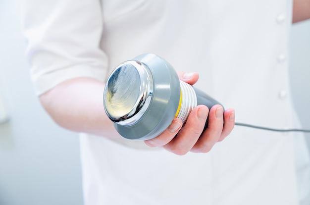 Ultradźwiękowy masaż ciała. kawitacja ultradźwiękowa.