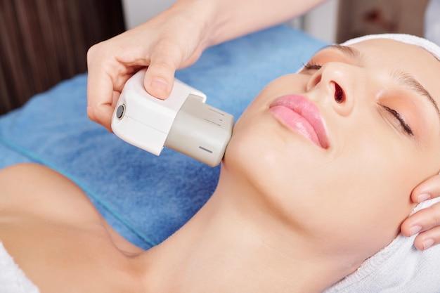 Ultradźwiękowy zabieg na twarz