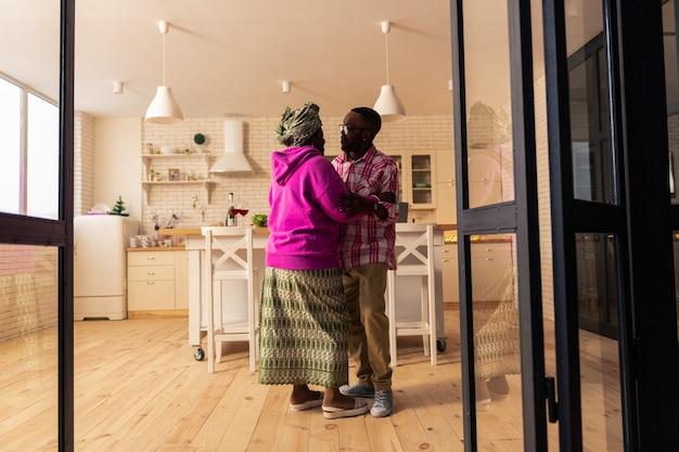 Ulubiona rozrywka. szczęśliwa radosna para świetnie się bawi podczas tańca w domu