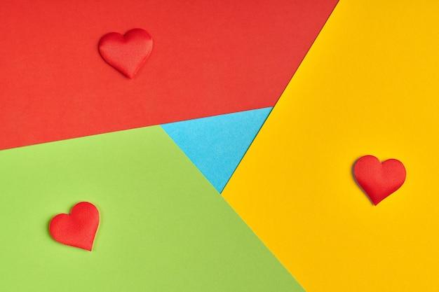 Ulubione logo przeglądarki z papieru. kolory czerwony, żółty, zielony i niebieski. kolorowe i jasne logo z sercami.