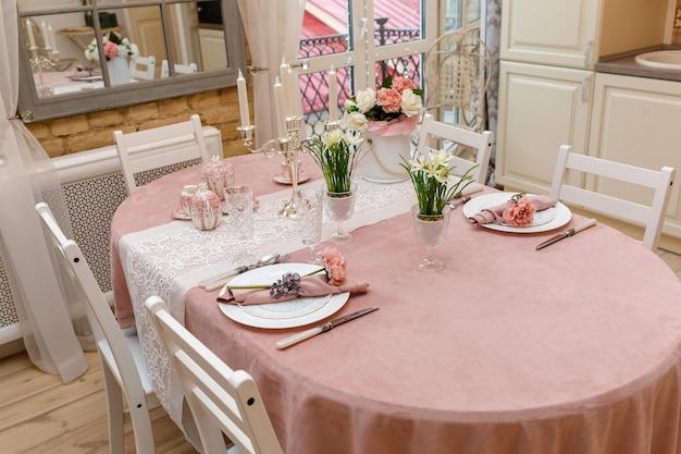 Umeblowany stół w salonie w kolorze różowym