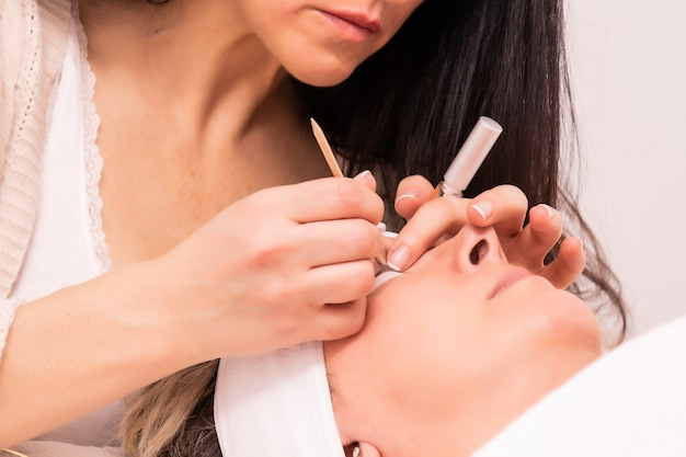 Umiejętna kosmetolog zabieg przedłużania rzęs