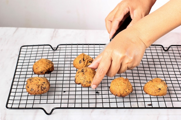Umieść pieczone ciasteczka z kawałkami czekolady frech na ruszcie