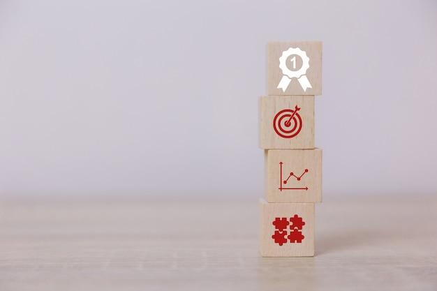 Umieść pionowe drewniane klocki koncepcja usług dla biznesu na sukces planowanie strategii biznesowej aby wprowadzić na rynek zwycięstwo.