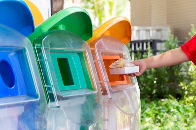 Umieść śmieci w koszu według klasyfikacji śmieci. koncepcja bezpiecznej dla środowiska