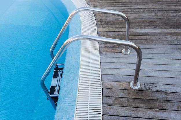 Umieść zejście w basenie. balustrady i schody.