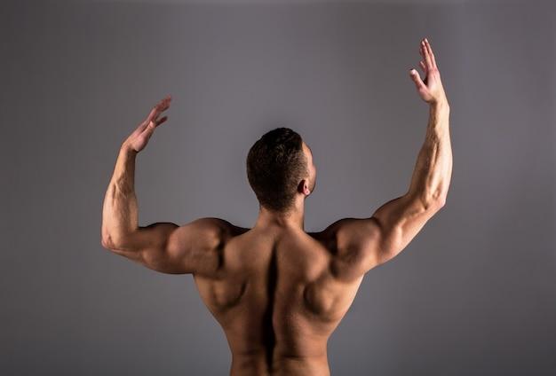 Umięśnione plecy, muskularny mężczyzna, umięśnione plecy, nagi tors.