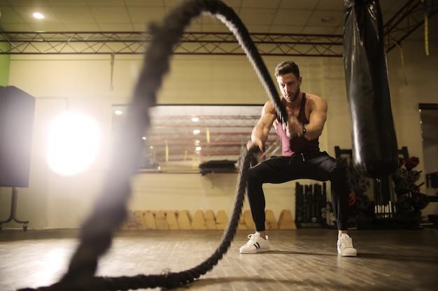 Umięśniony mężczyzna ćwiczący