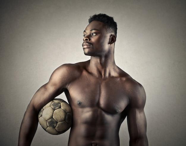 Umięśniony piłkarz afro