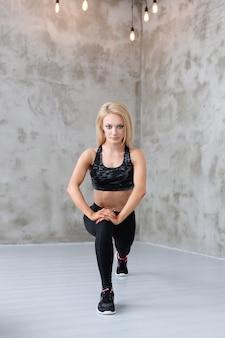 Umięśniony sportowiec kobieta szkolenia
