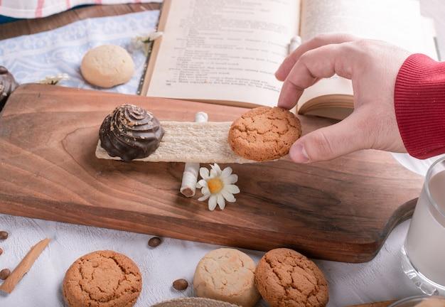 Umieszczenie ciasteczka na drewnianej desce na kawałku krakersa