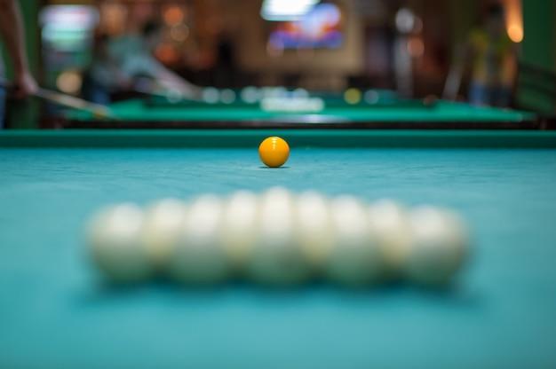 Umieszczenie piłek na stole bilardowym, przygotowanie do strajku. klub bilardowy