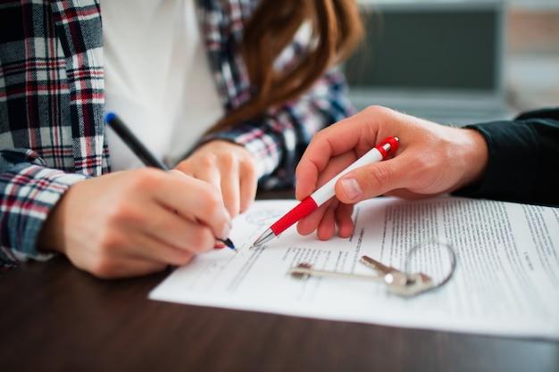 Umowa człowiek biznesu do podpisania umowy kupna lub wynajmu nowego domu. wymieszaj kolor z czarno-białym