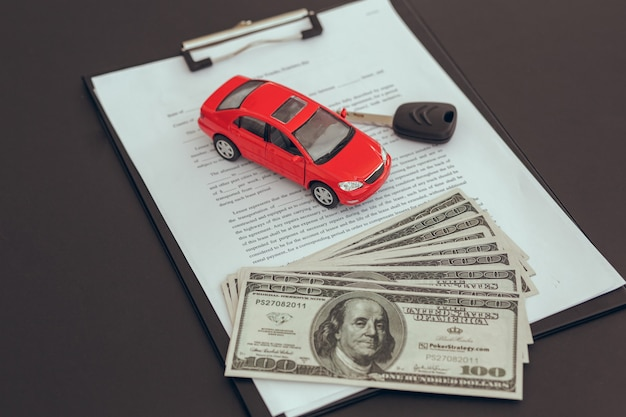 Umowa leasingu umowy i kluczyki na stole usługa wynajmu auta