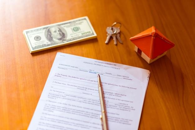 Umowa o pośrednictwo w obrocie nieruchomościami dotycząca umowy odsprzedaży domu za pomocą pióra atramentowego i kluczy do domu na pudełku z kluczem do przechowywania kluczy nieruchomości (fikcyjny dokument z autentycznym językiem prawniczym)
