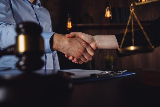 Umowa prawna w kancelarii adwokackiej. mężczyzna i kobieta po konsultacji.