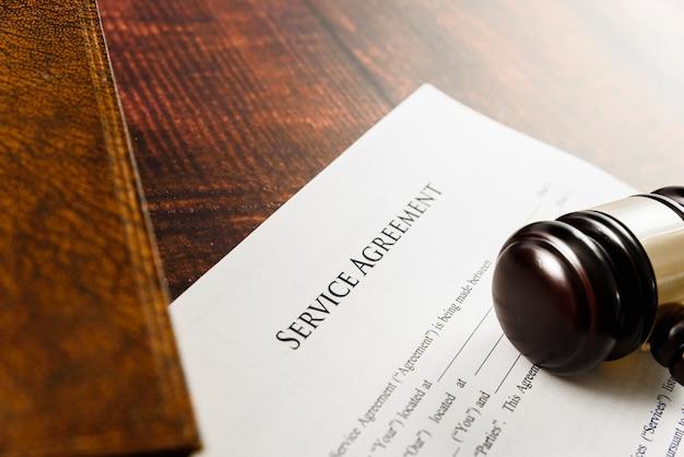 Umowa serwisowa z niedozwolonymi klauzulami wniesiona do sądu w procesie sądowym.