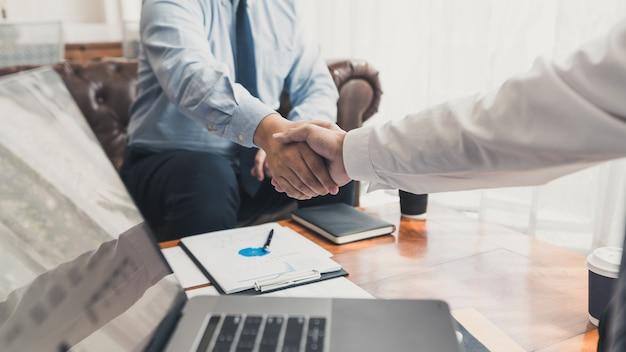 Umowa spotkania biznesowego koncepcja uścisku dłoni, ręka trzymająca po zakończeniu projektu transakcyjnego