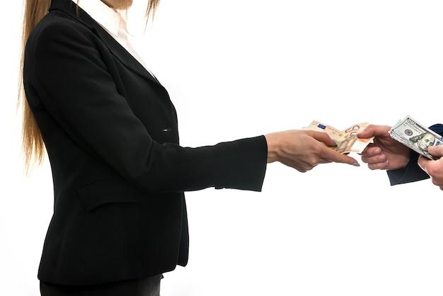 Umowa wymiany waluty eurodolara między partnerami biznesowymi na białym tle