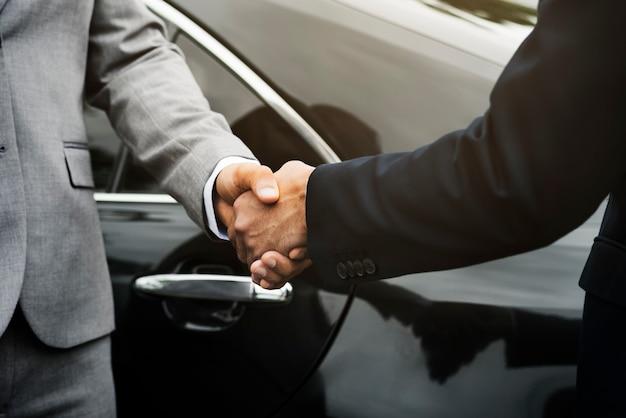 Umowa z biznesmenem rozdaj hands shake