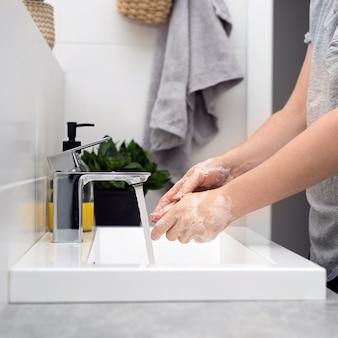 Umyj ręce ciepłą wodą z mydłem