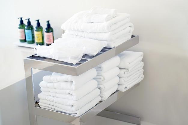 Umywalka łazienkowa o nowoczesnym designie. wnętrze łazienki.
