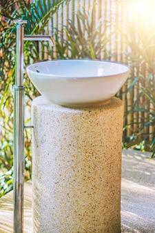 Umywalka na podwórku łazienka na zewnątrz w tropikalnym stylu