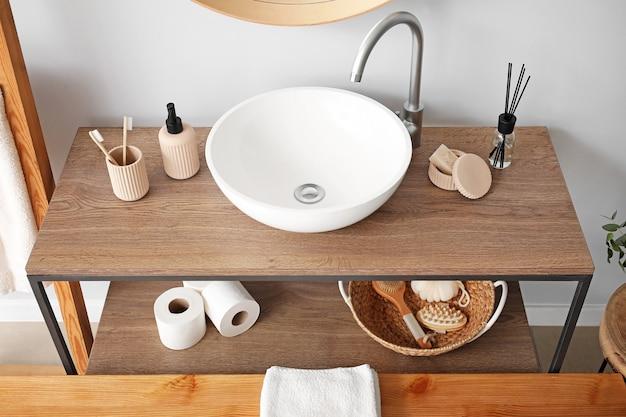 Umywalka we wnętrzu nowoczesnej stylowej łazienki