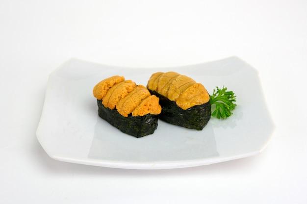 Uni jeżowca sushi japońska kuchnia w ceramicznym talerzu