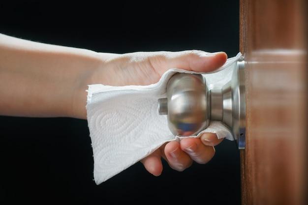 Unikaj dotykania powierzchni gołymi rękami