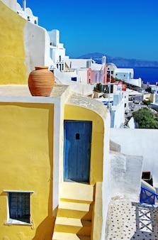 Unikalna architektura w stylu cykladzkim na pięknej wyspie santorini w grecji