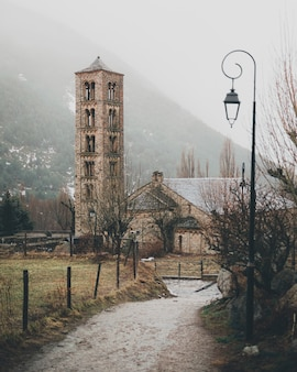 Unikalna romańska dzwonnica kościelna