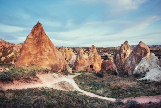 Unikalne formacje geologiczne w dolinie kapadocji