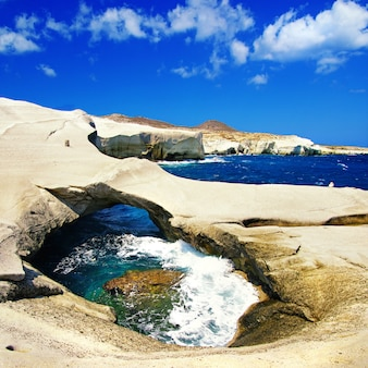 Unikalne plaże grecji, sarakiniko na wyspie milos, słynie z księżycowego krajobrazu