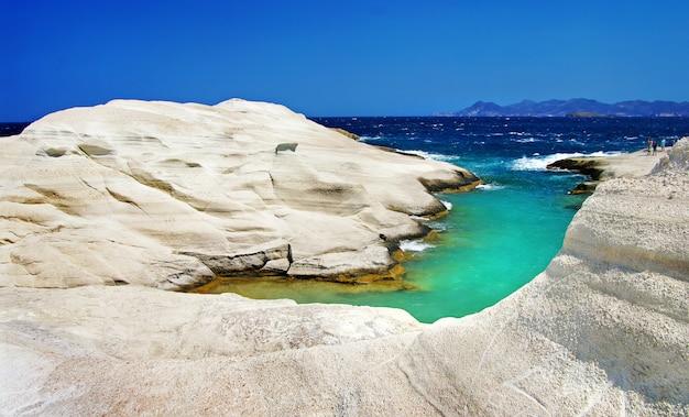 Unikalne plaże grecji, sarakiniko na wyspie milos, z białymi skałami i turkusowym morzem