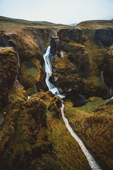Unikalny krajobraz fjadrargljufur na islandii.