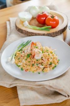 Unikalny tajski smażony ryż z krewetkami podawany na daniu