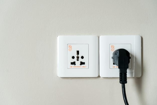 Uniwersalne gniazdka elektryczne i wtyczka