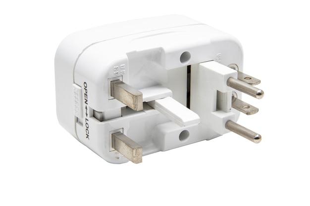 Uniwersalny adapter izoluje na białym