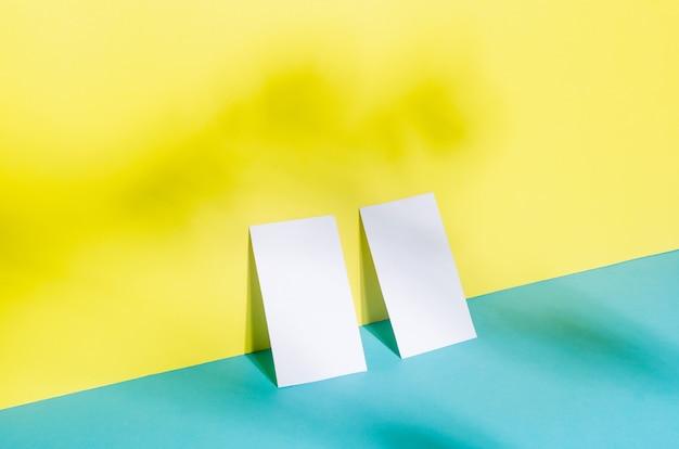 Uniwersalny pusty szablon szablonu makiety dwóch wizytówek