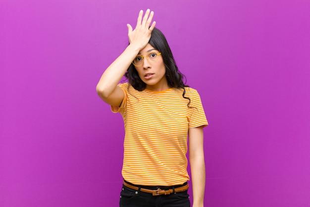 Unosząc dłoń do czoła, myśląc ups, po popełnieniu głupiego błędu lub zapamiętania, czując się głupio