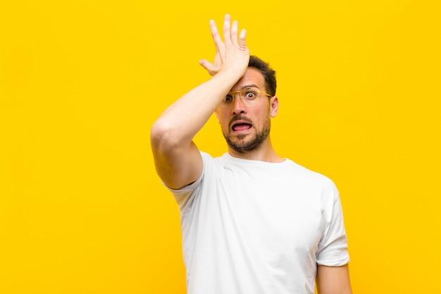 Unosząc dłoń do czoła po popełnieniu głupiego błędu