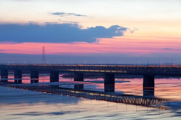Unoszący się lód wiosną na rzece amur w chabarowsku, rosja