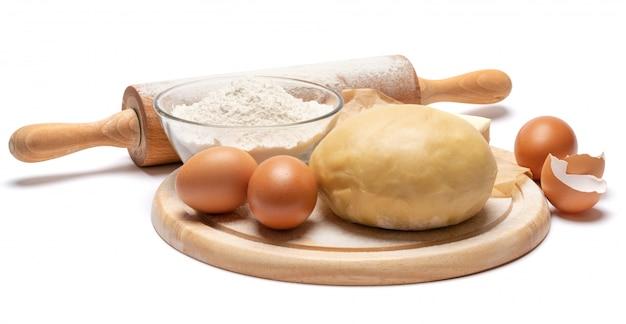 Unrolled i unbaked kruche ciasto przepis na białym tle