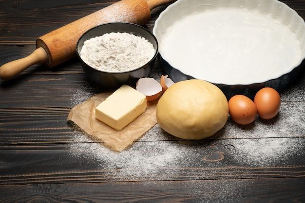 Unrolled i unbaked kruche ciasto przepis na drewniane tła