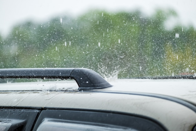 Upadek deszczu na samochód