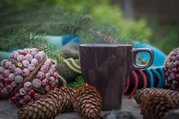 Upadek martwej natury z filiżanką gorącej herbaty.